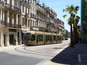 La rame 2044 Citadis 302 Alstom amorce la courbe pour gagner la rue André-Michel