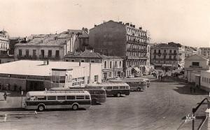 La gare routière de la rue Jules-Ferry à Montpellier au début des années soixante. Carte Postale éditions Narbo. Collection : Michel Bozzola