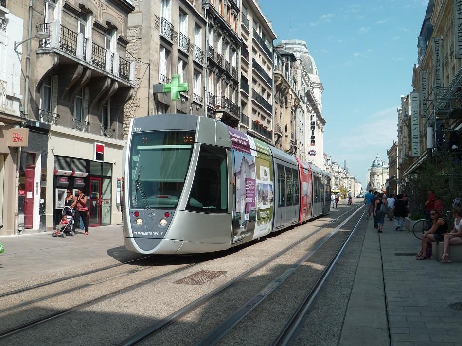 21 septembre 2013 un tramway sans ligne a rienne de for T2 sur bordeaux