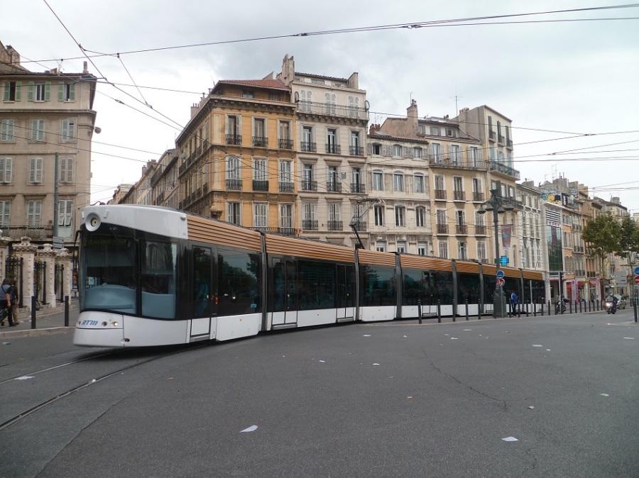 a marseille les 26 rames de tramway sont tellement longues que plac es bout bout avec. Black Bedroom Furniture Sets. Home Design Ideas