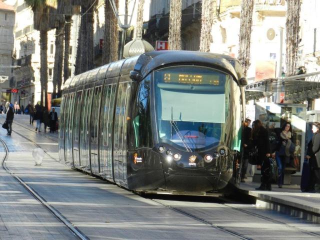 """Les rames multilignes sont noires, comme ici la 2099 Citadis 402 Alstom photographiée le jeudi 8 janvier 2015 à la station """"Gare Saint-Roch"""" commune aux lignes 1 et 2, alors que la CGT TaM voit rouge. Copyright : Anje34"""