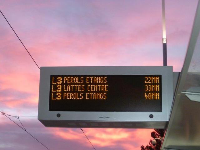 """Un tableau électronique d'information photographié au matin du 15 décembre 2013 à la station """"Jules Guesde"""". Copyright : Edouard Paris"""