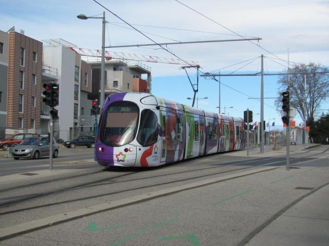 """Ligne 2 de tramway, la rame 2049 Citadis 302 Alstom multilignes aux couleurs de Montpellier Méditerranée Métropole, quitte le terminus """"Saint-Jean-de-Védas - Centre"""" à destination du terminus """"Jacou"""", le samedi 28 mars 2015. Copyright : Edouard Paris"""