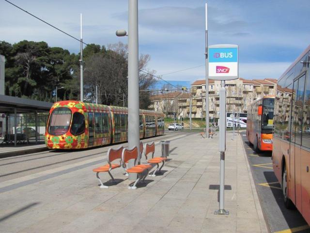 """Pôle multimodal """"Sabines"""" à Montpellier desservi par la ligne 2 de tramway, iDBUS marque son territoire. Photo prise le samedi 28 mars 2015. Copyright : Edouard Paris"""