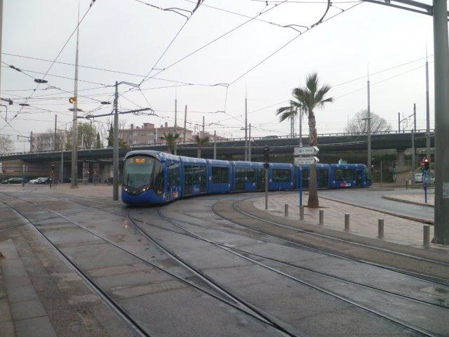 La rame 2091 Citadis 402 Alstom passe sur la place du 11 Novembre à 10h22, le vendredi 20 mars 2015, à l'heure où l'éclipse partielle de soleil est à son maximum à Montpellier. Copyright : Edouard Paris