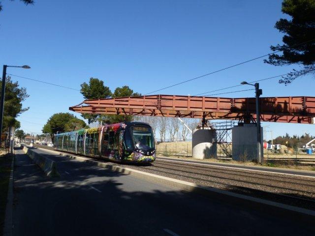 Au-dessus de la rame 2086 Citadis 402 Alstom, l'avant bec du tablier métallique d'un des viaducs ferroviaires du contournement de Nîmes et Montpellier. Photo prise le jeudi 5 mars 2015. Copyright : Louis Ferdinand