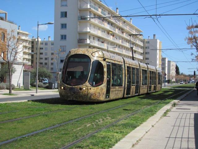 """A Montpellier, la rame préférée des tramspotters, 2032 Citadis 302 Alstom, est photographiée sur la ligne 4 entre les stations """"Restanque"""" et """"Saint-Martin"""", le mercredi 1er avril 2015. Copyright : Edouard Paris"""