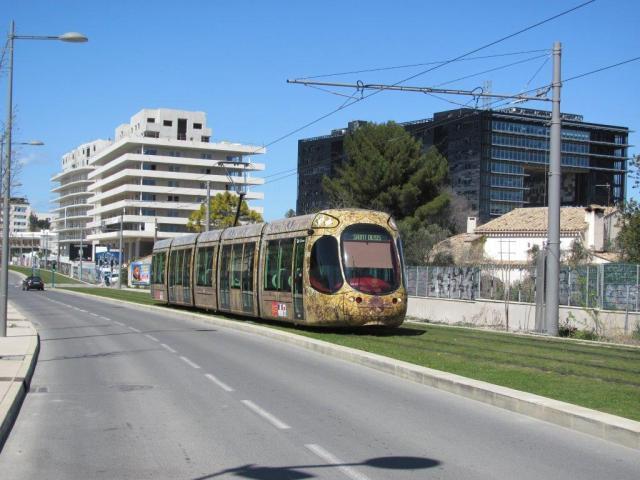 """Sur la ligne 4, inaugurée le vendredi 6 avril 2012, la rame 2044 Citadis 302 Alstom est photographiée sur l'avenue Germaine Tillion entre les stations """"Georges Frêche - Hôtel de Ville"""" et """"La Rauze"""", le mercredi 1er avril 2015. Copyright : Edouard Paris"""