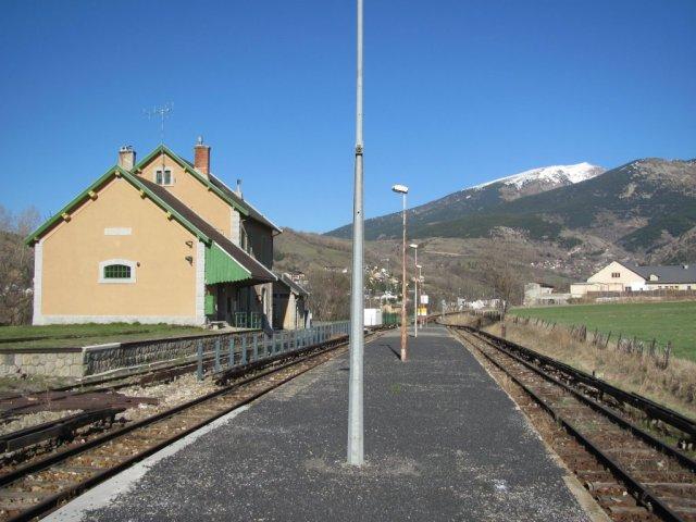 """Sur la ligne du """"Train Jaune"""", la gare de Saillagouse, photographiée le mardi 7 avril 2015, pourrait ne plus voir passer de trains à compter du vendredi 1er janvier 2016. Copyright : Edouard Paris"""