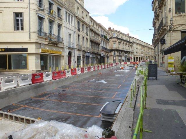 Un tapis anti-vibratile a été posé sur la couche de fondation de la plateforme du tramway boulevard du Jeu-de-Paume à Montpellier, entre la rue Marceau et la rue du Faubourg-du-Courreau, le lundi de Pentecôte, 25 mai 2015. Copyright : Louis Ferdinand