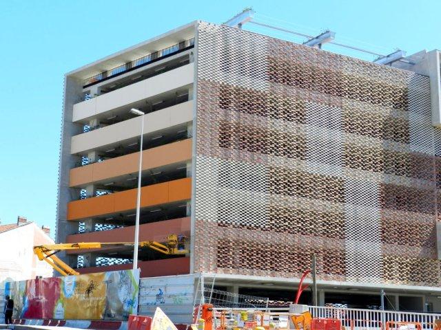 Dégradé de couleurs sur la façade nord-est du futur parking Le Nouveau Saint-Roch à Montpellier. Photo prise le mercredi 6 mai 2015. Copyright : Anje34