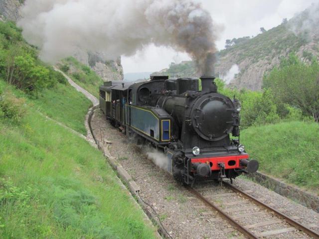Le Train à Vapeur des Cévennes en direction de Saint-Jean-du-Gard, tracté par la locomotive Henschel 040T 25724 année 1949, est photographié peu après qu'il a franchi le viaduc métallique d'Anduze d'une longueur de 108 mètres, au-dessus du Gardon, le vendredi 1er mai 2015. Copyright : Edouard Paris