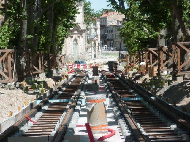 Sur la photo prise le dimanche 10 mai 2015, l'emplacement de la future station de la ligne 4 située sur la partie basse du boulevard Henri IV à Montpellier est délimité par deux points de repère de forme cylindrique, l'un au premier plan et l'autre dans l'ombre juste avant la légère courbure des voies en direction de la place Albert 1er. Copyright : Edouard Paris