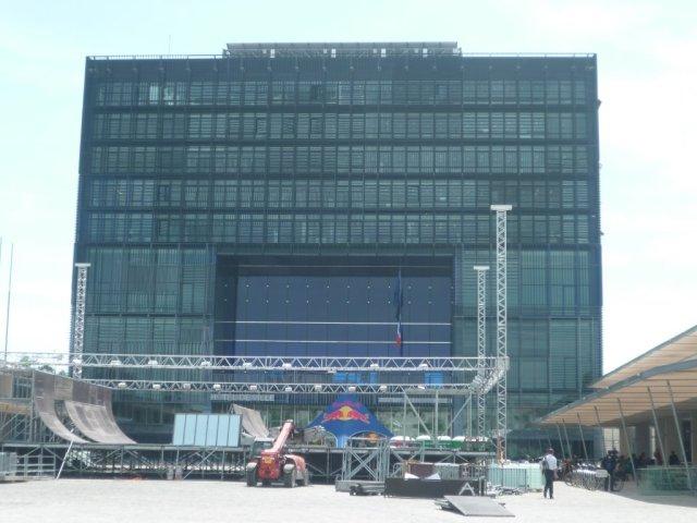 Pour la première fois, le spot mini à spine du FISE World Montpellier, qui accueille trottinette, skateboard et BMX, se trouve place Georges-Frêche au pied du Nouvel Hôtel de Ville. Photo prise le mardi 12 mai 2015. Copyright : Edouard Paris