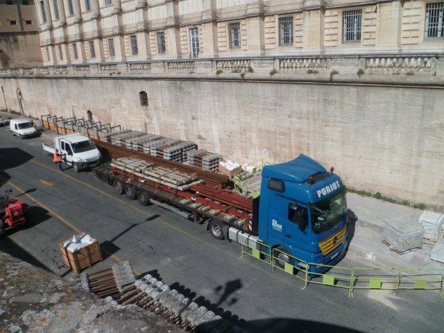 Les premiers appareils de voie, destinés au chaînon manquant de la ligne 4 de tramway, sont livrés par un semi-remorque de l'entreprise polonaise Porjot photographié sur la partie sud du boulevard du Professeur Louis-Vialleton, le mercredi 27 mai 2015. Copyright : Edouard Paris