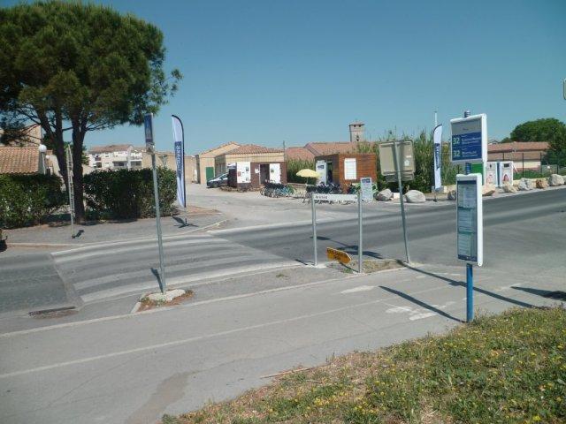 """A Villeneuve-lès-Maguelone, l'arrêt """"Pilou"""" de la ligne 32 TaM et la station Vélomagg' plage photographiés le samedi 30 mai 2015. Copyright : Edouard Paris"""