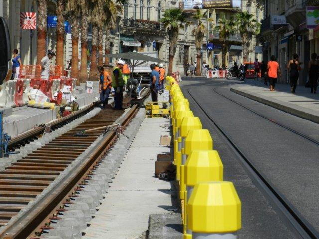 Boulevard du Jeu-de-Paume à Montpellier, entre la rue André-Michel et la place Edouard-Adam, les soudeurs de rails ont installé un parasol pour se protéger du soleil mais certainement pas de la chaleur, le mardi 9 juin 2015. Copyright : Anje34