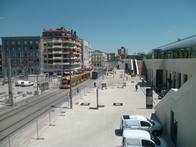 La totalité du nouveau parvis de la gare Saint-Roch à Montpellier est accessible au public. Sur la photo prise le mercredi 17 juin 2015, une rame Citadis 402 Alstom aux couleurs de la ligne 3 circule en essai sur le tronc commun des lignes 2 et 4. Copyright : Edouard Paris