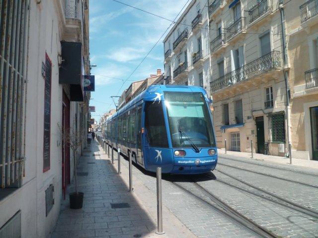 """La rame 2003 Citadis 401 Alstom de la ligne 1, en service commercial à destination du terminus """"Odysseum"""", est exceptionnellement photographiée rue du Pont-de-Lattes à Montpellier, à 13h12, le lundi 22 juin 2015, sur voie 1 de la ligne 3. Copyright : Edouard Paris"""