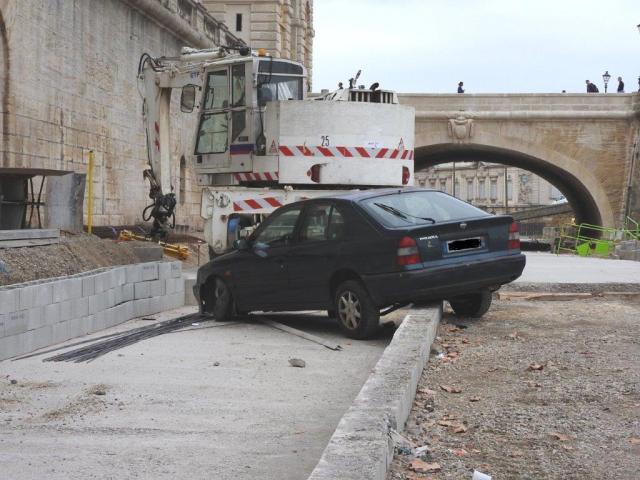 Une voiture en bien mauvaise posture, boulevard du Professeur Louis-Vialleton à Montpellier, le matin du samedi 12 septembre 2015. Copyright : Anje34