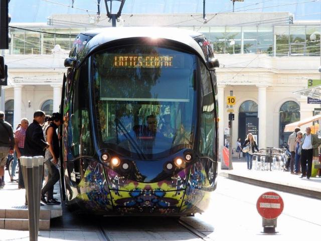 """Le mercredi matin 9 septembre 2015, à la station """"Gare Saint-Roch"""" commune aux lignes 3 et 4 de tramway, la girouette d'une rame Citadis 402 Alstom indique """"Lattes Centre"""" sans précision de ligne, alors qu'elle circule vers """"Mosson"""" un des deux terminus nord-ouest de la ligne 3. Copyright : Anje34"""