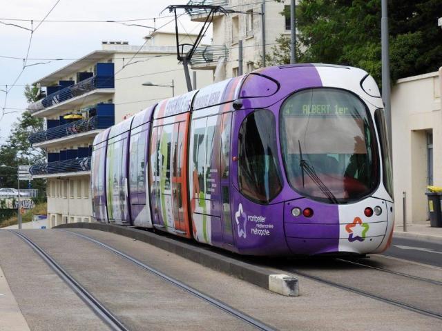 La rame 2049 Citadis 302 Alstom multilignes opérant sur la ligne 4, le jeudi 10 septembre 2015, est photographiée sur l'avenue de Maurin à Montpellier. Copyright : Anje34