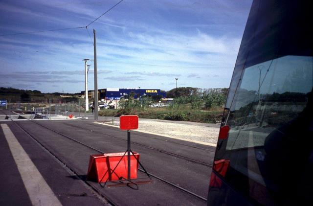 """Le mercredi 28 septembre 2005, jour de l'ouverture d'IKEA Montpellier, la clientèle venant en tramway devait descendre au terminus """"Odysseum"""" d'alors situé à cinq cents mètres à pied du magasin. Photo prise le samedi 17 septembre 2005. Copyright : Edouard Paris"""