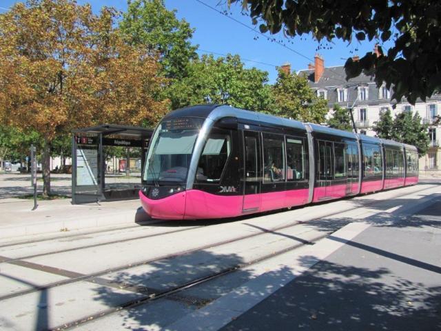 """Le dimanche 30 août 2015, la rame 1001 Citadis 302 Alstom est photographiée à la station """"République"""" de la ligne T1 inaugurée le samedi 1er septembre 2012. Copyright : Edouard Paris"""
