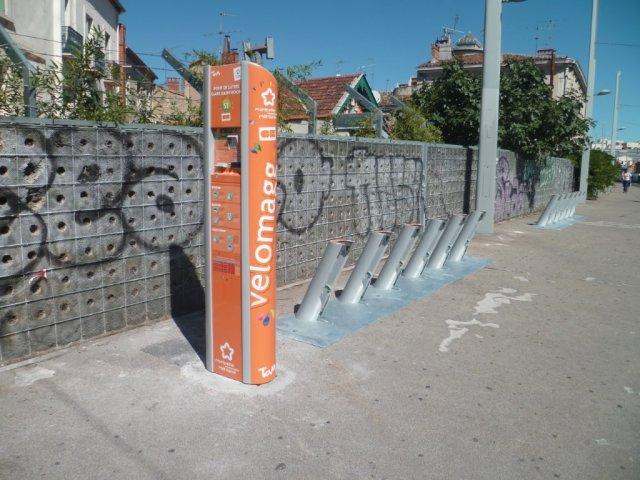 """Station Vélomagg numéro 51 """"Pont de Lattes - Gare Saint-Roch"""", située avenue Henri-Fresnais à Montpellier, mise en service depuis le mercredi 16 septembre 2015. Photo prise le vendredi 18 septembre 2015. Copyright : Edouard Paris"""