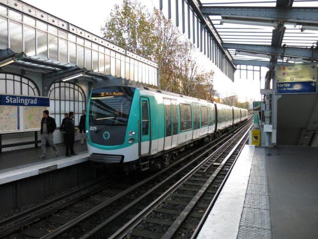 """Transports en commun gratuits en Ile-de-France les dimanche 29 et lundi 30 novembre 2015. A Paris, la rame de la série MF 01 Bombardier Alstom numéro 029 (année 2010), circulant en direction du terminus nord-ouest """"Porte Dauphine"""" de la ligne 2 de métro, est photographiée à son arrivée à la station aérienne """"Stalingrad"""", le samedi 28 novembre 2015. Copyright : Edgar Chaptal"""