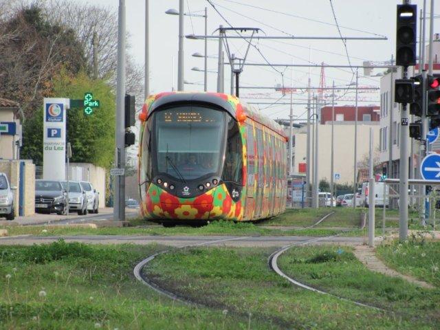 """La rame 2093 Citadis 402 Alstom est photographiée entre les stations """"Clairval"""" et """"Charles de Gaulle"""" sur l'avenue de l'Europe à Castelnau-le-Lez, le mercredi 16 décembre 2015, jour du neuvième anniversaire de l'inauguration de la ligne 2 du réseau de tramways de Montpellier. Copyright : Edouard Paris"""