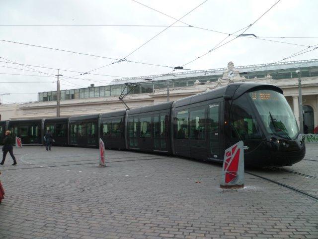 La livrée noire des rames multilignes, ici la 2099 Citadis 402 Alstom, annonçait en fait la fin du tout-tramway. Photo prise place Auguste-Gibert à Montpellier, le samedi 26 décembre 2015. Copyright : Edouard Paris