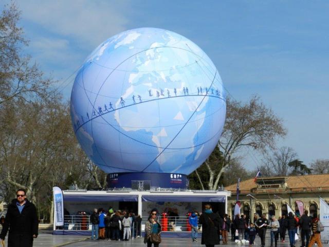 Le pavillon de la tournée Expo France 2025, surmonté d'une sphère représentant le globe terrestre, photographié sur la place de la Comédie, le vendredi matin 26 février 2016. Copyright : Anje34