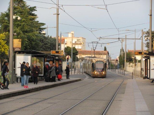 """La rame 2046 Citadis 302 Alstom arrive à la station """"Garcia Lorca"""" futur terminus dans les deux sens de circulation de la ligne 4 totalement bouclée. Photo prise le samedi 30 janvier 2016. Copyright : Edouard Paris"""