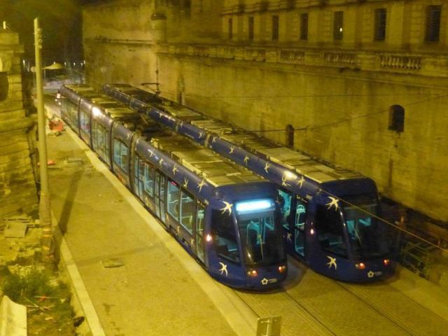 """Les rames 2006 et 2027 Citadis 401 Alstom ont étrenné les nouvelles voies du chaînon manquant de la ligne 4 dans la nuit du 21 au 22 mars 2016. Elles sont photographiées à la hauteur de la future station """"Peyrou - Arc de Triomphe"""". Copyright : Michel Bozzola"""