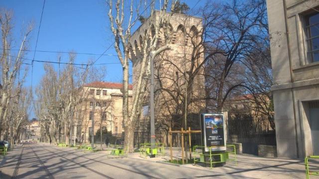 Lamentable, l'installation d'une sucette JCDecaux à deux pas de La Tour des Pins, boulevard Henri IV à Montpellier. Photo prise le samedi 12 mars 2016. Copyright : Edouard Paris