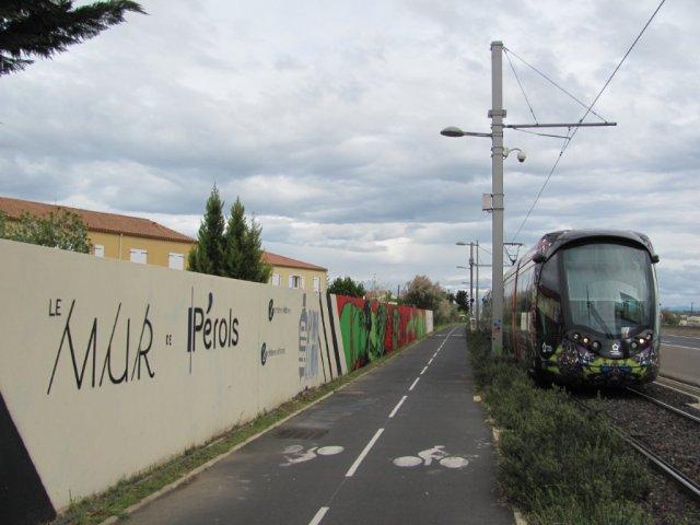 """A 70 km/h, à bord des rames de la ligne 3 de tramway, entre la station """"Pérols Centre"""" et le terminus """"Pérols - Etang de l'Or"""", ou vice-versa, les voyageurs assis du bon côté ont à peine quatre secondes pour jeter un oeil sur LE MUR de Pérols. Photo prise le samedi 23 avril 2016. Copyright : Edouard Paris"""