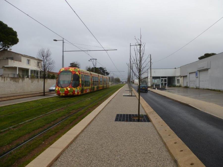 """La rame 2064 Citadis 302 Alstom, en provenance de la station """"Notre-Dame de Sablassou"""", est photographiée sur l'avenue de l'Europe à Castelnau-le-Lez, le dimanche 27 mars 2016. Copyright : Louis Ferdinand"""