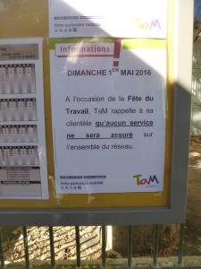 """Affichette TaM Montpellier 3M annonçant l'absence de bus et de tramway, le dimanche 1er mai 2016. Photo prise à la station """"Place Albert 1er"""", le vendredi 29 avril 2016. Copyright : Michel Bozzola"""