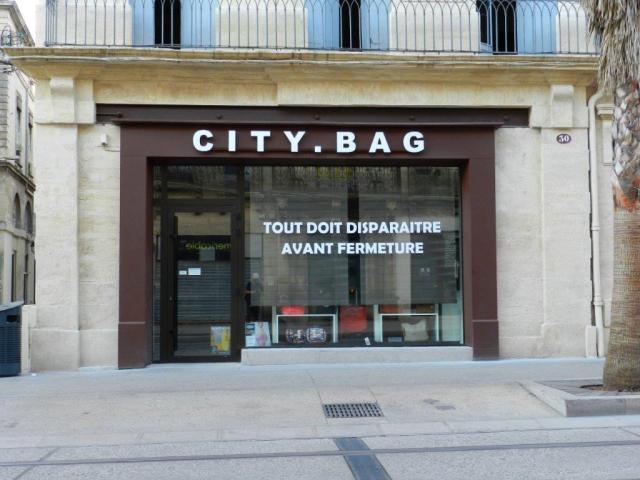 """Boulevard du Jeu-de-Paume à Montpellier, les boutiques ont bien du mal à tenir, à l'exemple de l'enseigne """"City.Bag"""", au numéro 30, dont l'ouverture remonte au mois d'août 2015. Photo prise le dimanche 10 juillet 2016. Copyright : Anje34"""