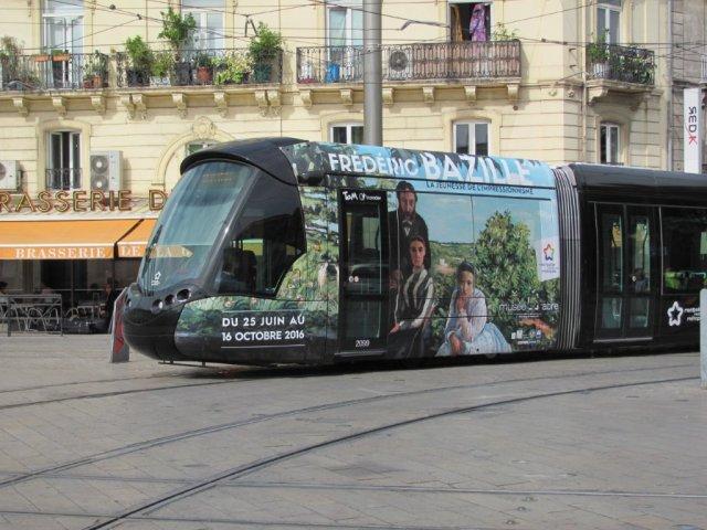 Les motrices de la rame 2099 Citadis 402 Alstom multilignes promeuvent l'exposition Frédéric Bazille, la jeunesse de l'impressionnisme, au Musée Fabre à Montpellier. Photo prise place Auguste-Gibert, le jeudi 14 juillet 2016. Copyright : Edouard Paris