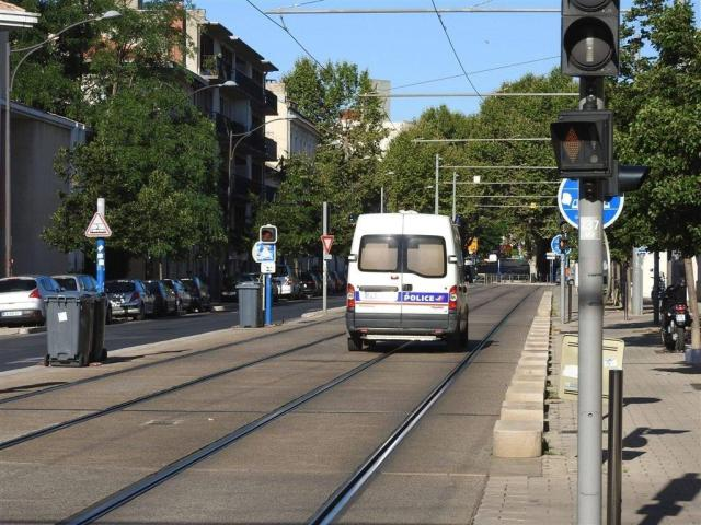 """Circulez y'a rien à voir ! Boulevard de Strasbourg à Montpellier, les véhicules de police ont la fâcheuse habitude de rouler sur la plateforme de la ligne 3 de tramway entre les stations """"Voltaire"""" et """"Place Carnot"""", souvent à vive allure. Photo prise le lundi 8 août 2016. Copyright : Anje34"""