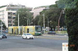 """A Rome, la rame 9117 Cityway II Fiat Ferroviaria (année 1998), au pelliculage intégral Chiquita Banana, est photographiée à la station """"Circo Massimo"""" de la ligne 3, le mardi 14 juin 2016. Copyright : Fab"""