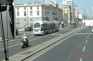 """A Naples, la rame 1103 Sirio AnsaldoBreda (année 2004) est photographiée au moment où elle quitte la station """"Marina Carmine"""", commune aux lignes 1 et 4, en direction du terminus """"Stazione Marittima (via Cristoforo Colombo)"""", le samedi 18 juin 2016. Copyright : Fab"""