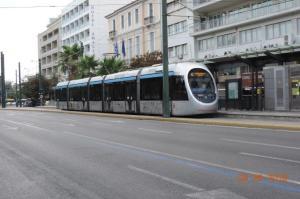 """A Athènes, la rame 10014 Sirio AnsaldoBreda (année 2004) est photographiée au terminus """"Syntagma"""" commun aux lignes T4 et T5, le lundi 8 août 2016. Copyright : Fab"""