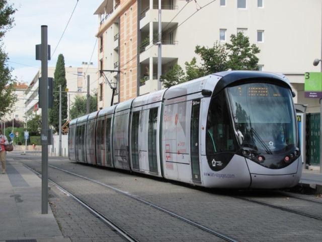 """La rame 2098 Citadis 402 Alstom multilignes, intégralement pelliculée Espace Mobilité en ligne TaM Montpellier 3M, est photographiée à la station """"Rives du Lez"""" de la ligne 3, le samedi 17 septembre 2016. Copyright : Edouard Paris"""