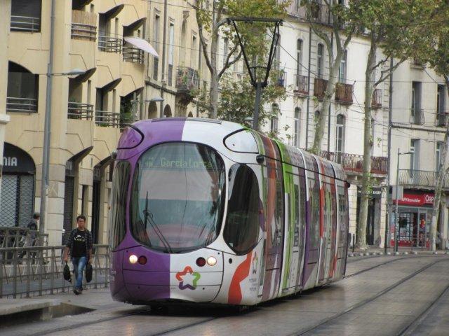 La rame 2049 Citadis 302 Alstom aux couleurs de Montpellier Méditerranée Métropole est photographiée sur le boulevard Louis-Blanc à l'approche de la station éponyme, le samedi 24 septembre 2016. Copyright : Edouard Paris.