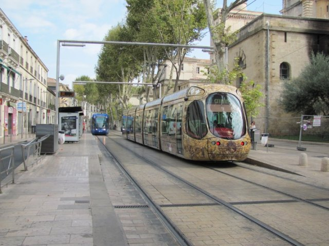 """Les rames 2001 Citadis 401 Alstom, opérant sur la ligne 1, et 2043 Citadis 302 Alstom, opérant sur la ligne 4, sens 4a, vont se croiser à la station """"Louis Blanc"""", le samedi 24 septembre 2016. Copyright : Edouard Paris."""