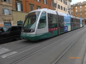 A Rome, la rame 9222 Cityway II Fiat Ferroviaria (année 2000) est photographiée via Florida sur la ligne 8 en direction du terminus Casaletto, le dimanche 8 mai 2016. Copyright : Laure C