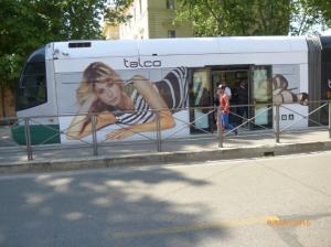 """Aperçu d'une partie d'une rame de la série 9100 Cityway I Fiat Ferroviaria photographiée à la station """"Belli"""" sur la ligne 8 du réseau de tramways de Rome, le dimanche 8 mai 2016. Copyright : Laure C"""